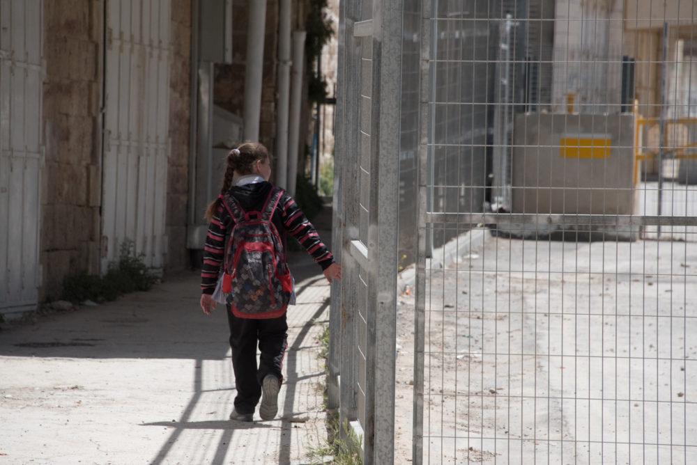 Bild: Mädchen an einem Checkpoint