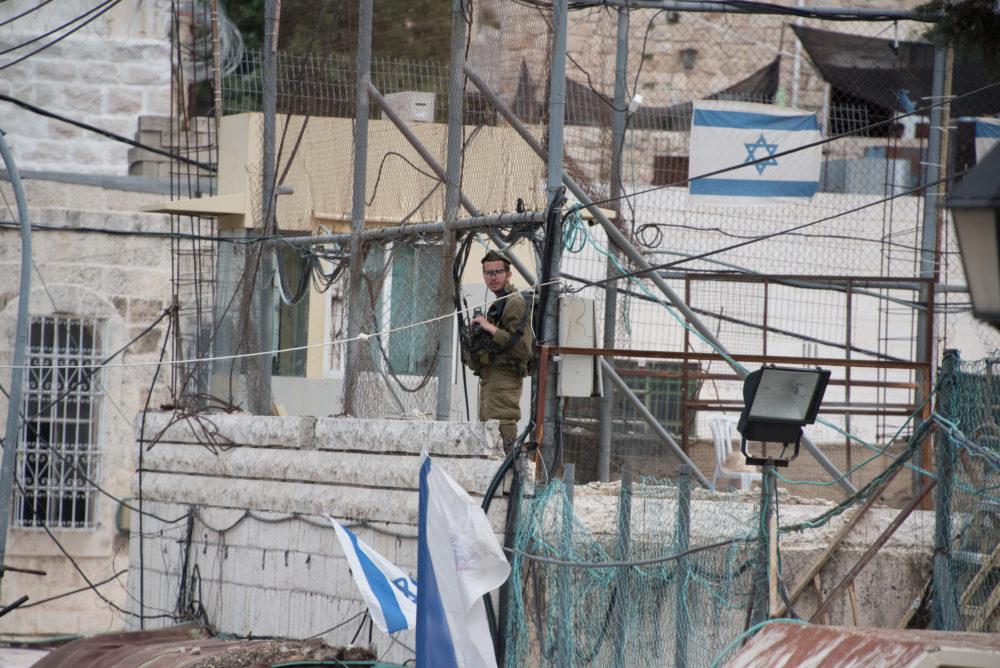 Bild: Soldat auf jüdischer Schule